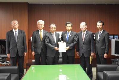 石井国土交通大臣に要望書を手渡す近藤会長