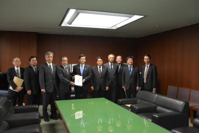 石井国土交通大臣に要望書を手渡す全建近藤会長