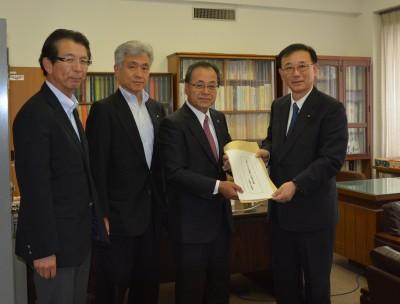 (左から)伊藤専務理事、奥村副会長、近藤会長、谷垣自民党幹事長