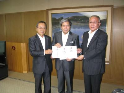 (左から)近藤会長、蒲島熊本県知事、橋口熊本県協会会長