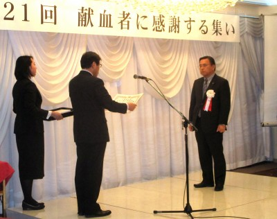 献血活動で知事褒状を受ける千葉宮城県建設業協会会長(右)(平成30年1月22日)